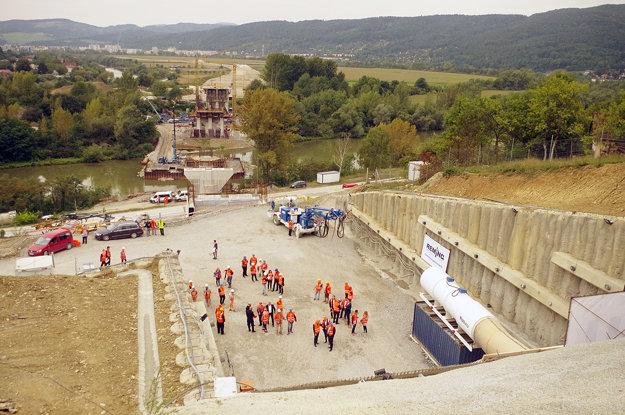 Vzadu výstavba mosta, ktorý preklenie tok Váhu. Vyústi do tunela Diel.