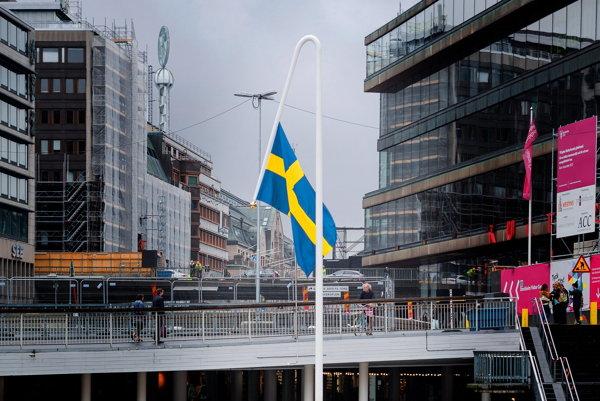 Švédska vlajka zavesená nakrivo v centre Štockholmu.