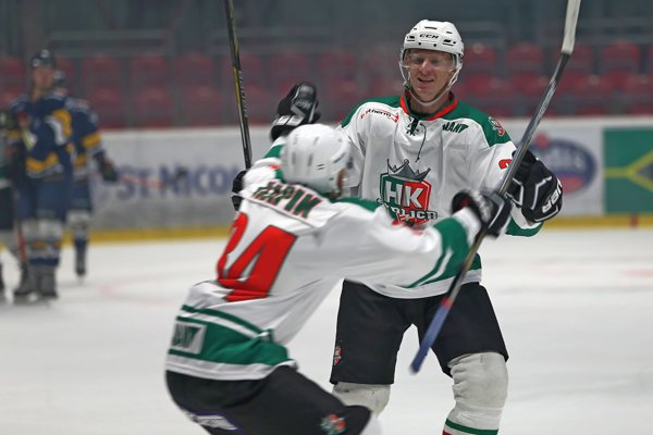 Peter Horváth sa so spoluhráčom Ľubom Škápikom teší z víťazného gólu proti Prešov Penguins.