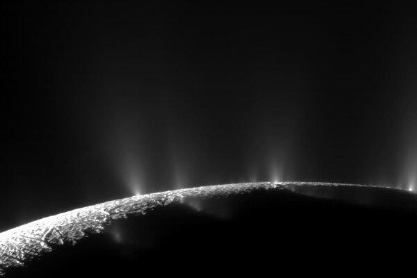Výtrysky vodnej pary a ľadových zrniek z mesiaca Enceladus.
