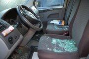 Na piatich autách rozbil okno kameňom.