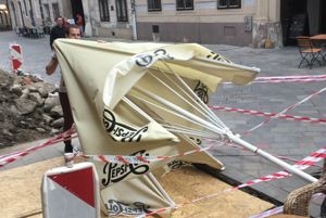 Vietor potrápil aj ľudí v bratislavskom Starom meste.