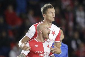 Miroslav Stoch (dole) spolu so strelcom gólu Tomášom Necidom.