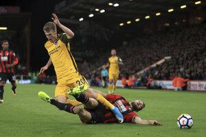 Futbalisti FC Bournemouth (v červeno-čiernych dresoch) dosiahli prvú výhru.