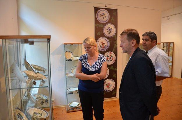 V sprievode S. Holečkovej ariaditeľa Baníckeho múzea P. Lackaniča (vpravo) si výstavu pozrel aj starosta obec Muráň Roman Goldschmidt.
