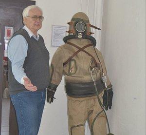 Peter Ferdinandy pri potápačskom obleku PL 40 (potápanie do 40 metrov), ktorý bol vyvinutý pre armádu vroku 1963.