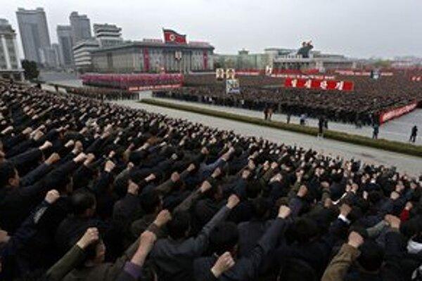 Zorganizovaná demonštrácia v Pchjongjangu.