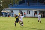 Jacovce vyhrali v Solčanoch. V súboji o loptu Dalibor Bajzík a Marek Pavlovič. Obaja sa v zápase presadili i strelecky.