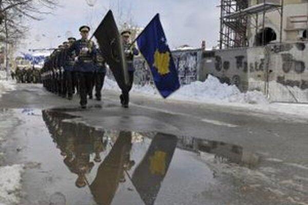 Príslušníci kosovských bezpečnostných síl pochodujú v Prištine.