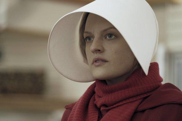 Elisabeth Moss v seriáli Príbeh služobníčky. Bola aj jeho producentkou.