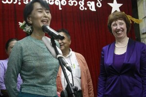 Catherine Ashtonová (vpravo) a barmská demokratická líderka Su-Ťij.