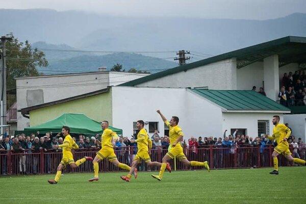 Môžu sa chystať na Podbrezovú. Takto sa hráči FK Soľ tešili po vyradení Bardejova.