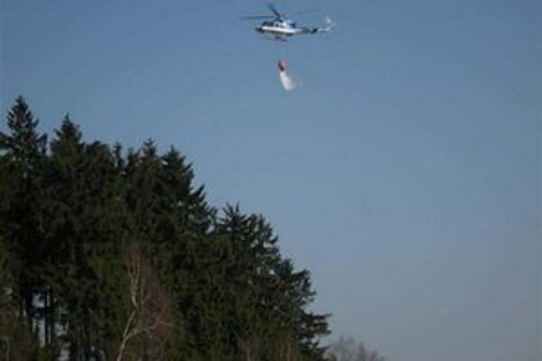 V boji s požiarom pomáhali vrtuľníky.