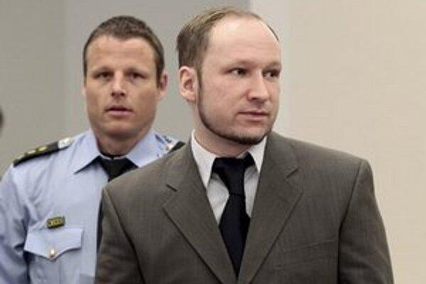 Breivik na súdnom pojednávaní.