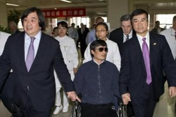 Čínsky disident odchádza z nemocnice.