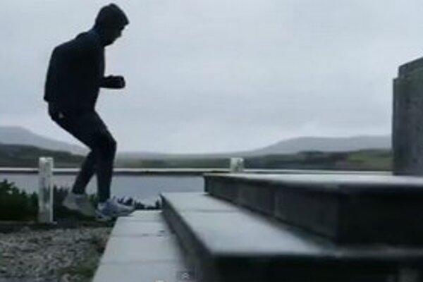 Fernando Zylberberg cvičí na pamätníku britských námorníkov.