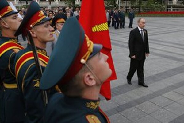 Ruský prezident Vladimir Putin počas slávnostnej ceremónie kladenia venca k Hrobu neznámeho vojaka.