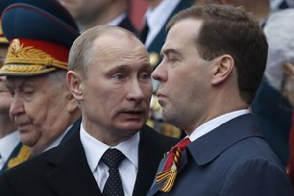 Putin a Medvedev počas osláv Dňa víťazstva.