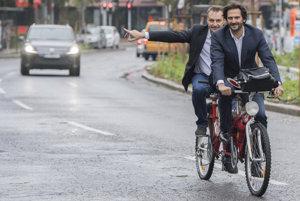 Kaliňák prišiel na rokovanie vlády na bicykli.