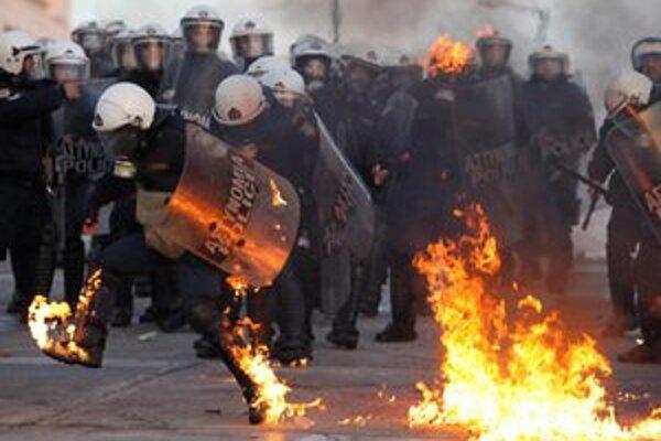 O Grécko sa bojuje v uliciach i v prezidentskom paláci, kde pokračujú posledné rokovania o zostavení vlády.