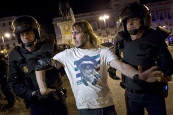 Pri vyprázdňovaní madridského námestia zatkli osemnásť demonštrantov.