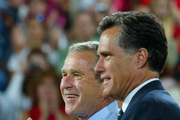 George W. Bush a Mitt Romney na snímke z roku 2004.