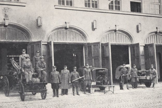 Košickí hasiči pred budovou novej hasičskej stanice.