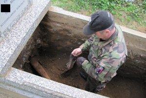 Cintorín v Moldave. Delostreleckú strelu vytlačila do hrobu hlina.