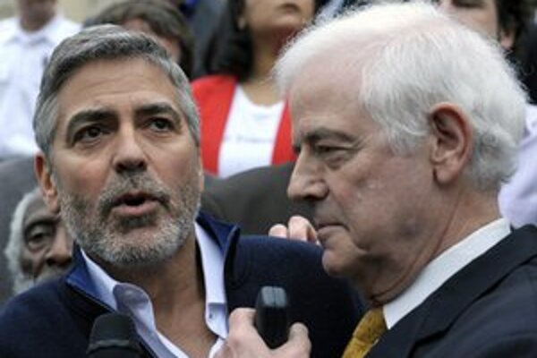 George Clooney a jeho otec Nick Clooney pred sudánskym veľvyslanectvom.