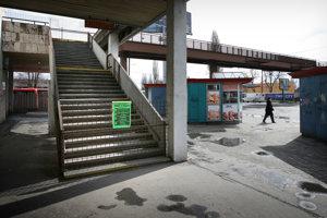 Uzavretý nadchod pri autobusovej stanici na Mlyských nivách v roku 2010.