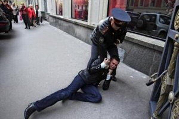 Aktivisti za práva homosexuálov končia často v rukách polície.