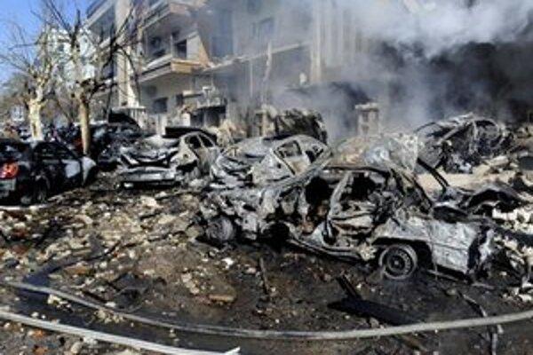 Zničené autá po výbuchoch v Damasku.