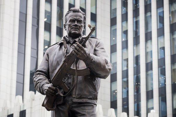 Na pamätníku pre Kalašnikova má byť zobrazená nemecká zbraň