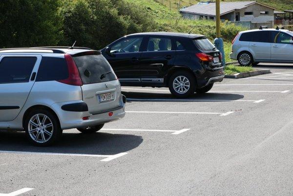 Na Višňovej ulici mesto odovzdalo obyvateľom 69 nových kolmých aj pozdĺžnych parkovacích miest.