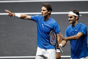 Rafael Nadal (vľavo) a Roger Federer.