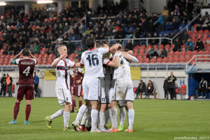 Kapitán hostí Kostelný sa chytá za hlavu. Po jeho nedorozumení s brankárom Kuciakom strelil Ľubomír Urgela jediný gól zápasu.
