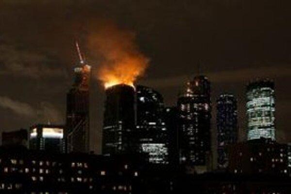 Pohľad na  horiacu vežu Federation tower počas požiaru.