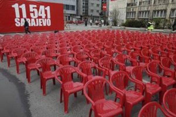 Červené stoličky v centre Sarajeva 6. apríla 2012 pri príležitosti 20. výročia vypuknutia vojny v Bosne.