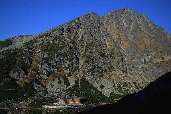 Horský hotel Sliezsky dom vo Velickej doline. V pozadí masív zadného Gerlachu.