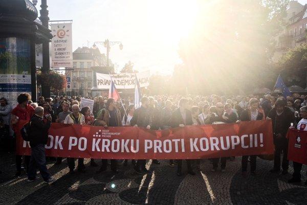"""Na transparente svieti heslo """"Krok po kroku proti korupcii""""."""