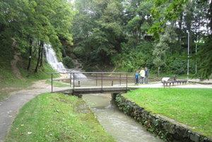 Lúčky preslávili kúpele a pútavý vodopád v strede dediny.