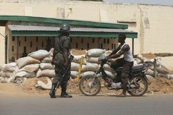 Nigérijský vojak na kontrolnom stanovišti.