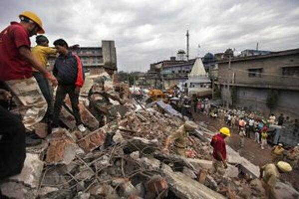 Záchranári prehľadávajú trosky budovy.