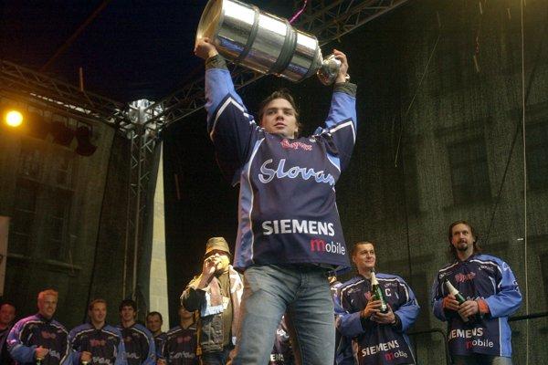 Michal Hudec s víťaznou trofejou v drese Slovana v roku 2005.