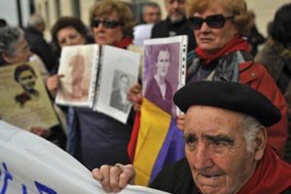 Valeriano Reboyedo sa zúčastňuje na demonštrácii v Pamplone, kde ľudia demonštrovali svoju podporu prominentnému sudcovi Baltasarovi Garzónovi.