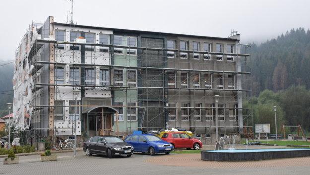 Rekonštrukcia Mestského úradu v Krásne nad Kysucou je v plnom prúde.