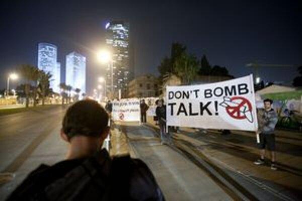 Niektorí Izralečania minulý týždeň protestovali proti prípadnému útoku na Irán.