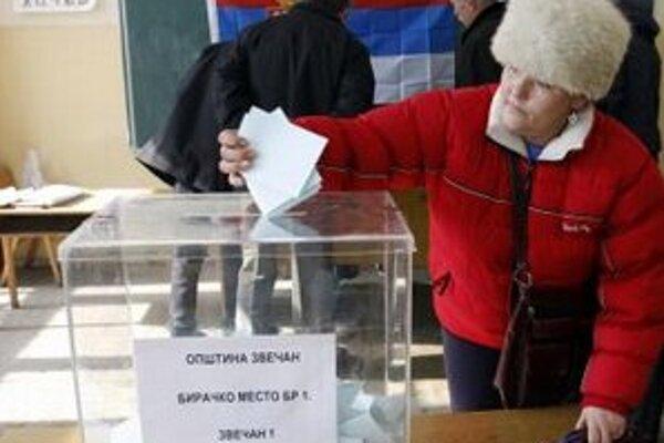 Kosovská Srbka vhadzuje referedové ístky do urny v Zvečane.