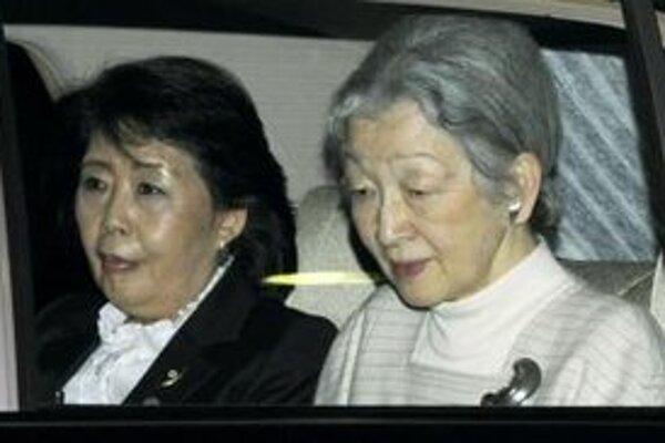 Japonská cisárovná Mičiko sa vracia z nemocnice, kde bola pozrieť svojho manžela cisára Akihita, do paláca.
