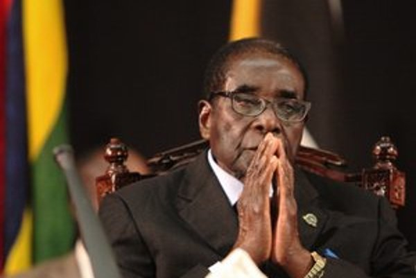 Mugabe včera oslávil 88 rokov. Jeho občania sa dožívajú polovicu.